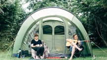 Двойката, която замени Лондон за приключение из Европа с надуваема палатка