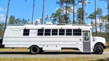 Училищен автобус превърнат в луксозен дом на колела