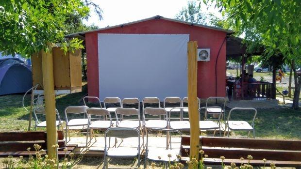 Снимка на деня: Детско лятно кино в къмпинг Иракли