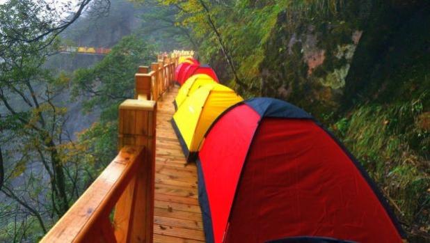 Из рекордите на Гинес: Най-дългата редица от палатки на света
