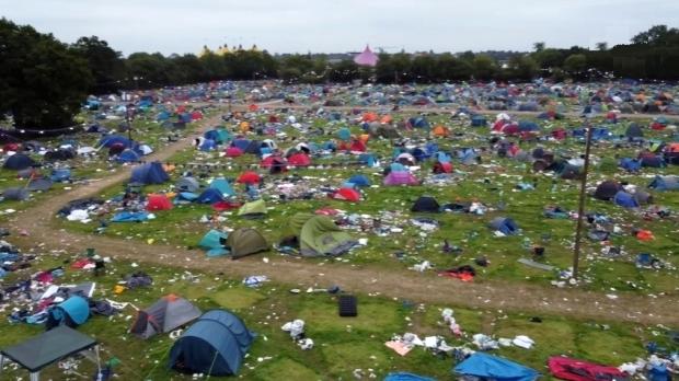 Хиляди палатки и тонове боклук след фестивал в Англия